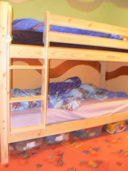 An der Wand ist ein Doppelstockbett