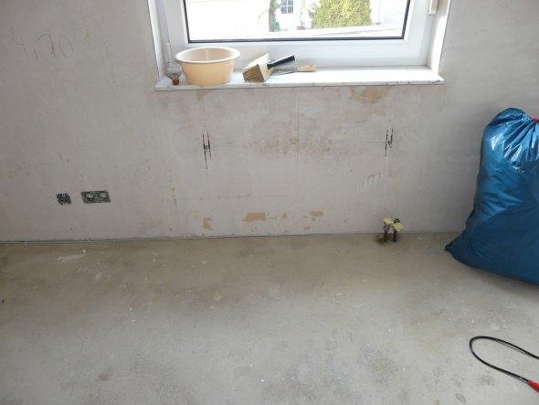 Tapeten von den Wänden und Fußboden raus...