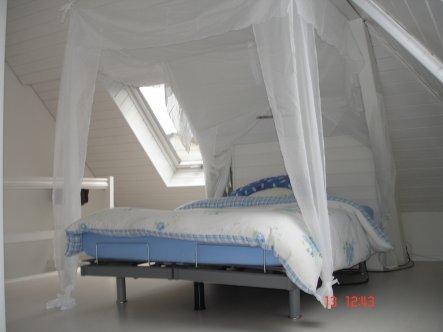 Ich wollte immer ein Himmelbett, da ein solches aber zu wuchtig wirken würde, habe ich eines aus Stoff über Das Bett und in die Schräge gehängt