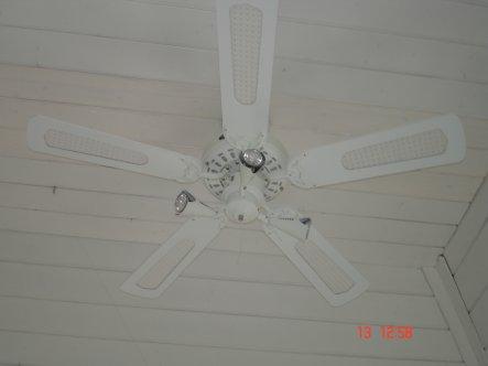 Ventilator mit indirektem Licht ins Dachhaupt montiert