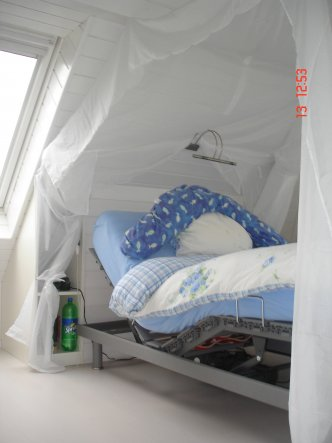 Swissflexbett, das Betthaupt mit Ablage dient als Nachttisch ist selbergebaut und passt sich in die Schräge ein. Als Leselicht dient ein LED Bildbeleu