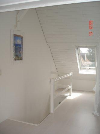 Treppenabgang. Da die Wand zum Nachbar, die einzige ohne Fenster ist habe ich ein Bild mit einem Fenster mit Blick aufs Meer aufgehängt