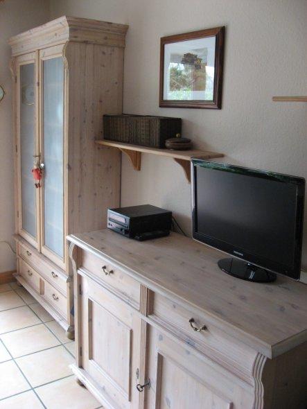 Vitrine und Sideboard mit Fernseher.