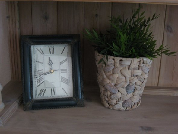 Uhr u. Kunstpflanze