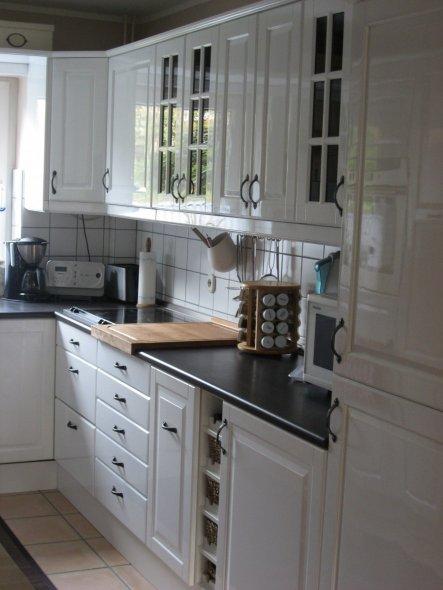 Küche rechte Seite. Da wir einen Durchbruch zum Esszimmer gemacht haben, sind 2 Unterschränke und ein Regal zu unserer Küche dazu gekommen. Die alten