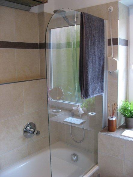 Badewanne mit Duschmöglichkeit und Ablage für Shampoo und Co.