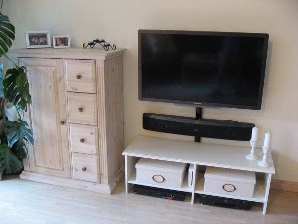 Dieses Jahr haben wir uns einen neuen Fernseher/eine Stereoanlage und vor drei Tagen diesen netten Brotschrank bei Ebay-Kleinanzeigen gekauft. Natürli