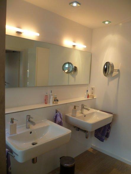 Gegenüber der Waschbecken befindet sich die Tür. So dass man sofort auf den tollen Spiegel schaut wenn man hereinkommt. Der Kosmetikspiegel ist aus Ch