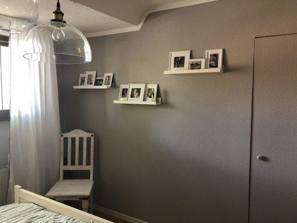 Die Wand hat mein Mann neu gestellt und eine schöne Tür eingebaut. Hier geht es zu unserem begehbaren Kleiderschrank.