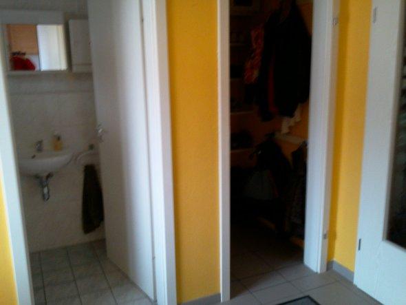 einmal Blick ins Gäste-WC, einmal Gardeobe, nächste Tür  führt zum Treppenhaus.