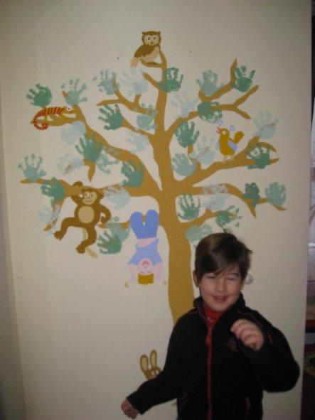 In den Flur habe ich einen Baum gemalt, an dem Maxi`s Handabdrücke die Blätter bilden