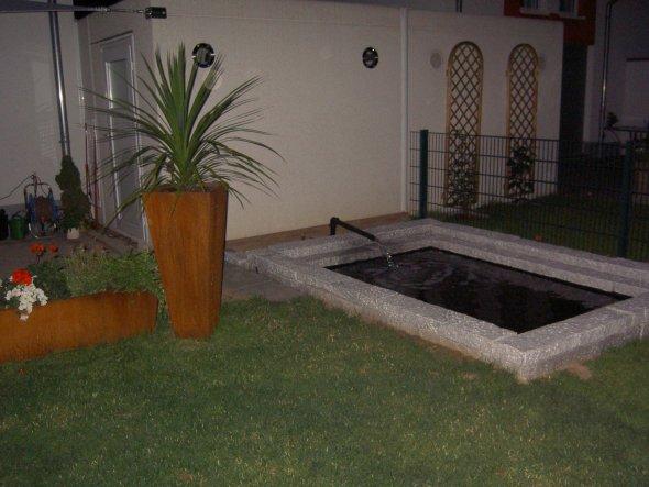 Leider ist dieser Teich noch nicht fertig,er soll noch einen Pumpenschacht mit einem beleuchteten Wassereinlauf bekommen.