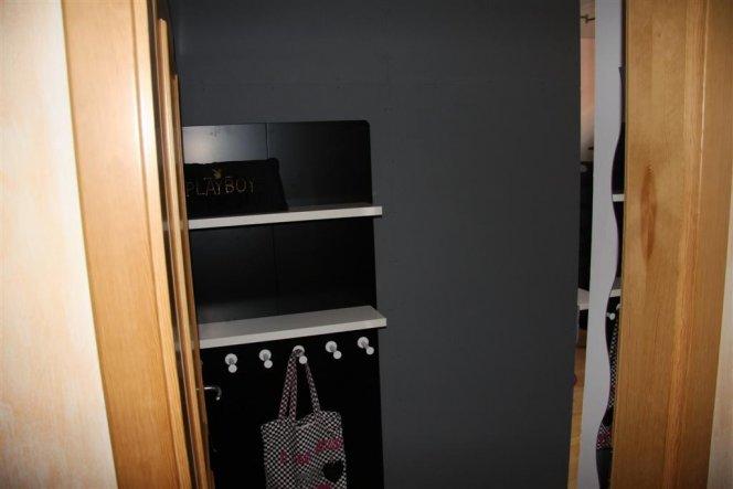 Hier kann von der Kette bis zur Tasche alles aufbewahrt werden - die Wand nimmt dir direkte Sicht auf das Bett wenn man den raum betritt