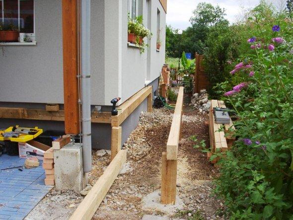 Die Terrasse führt quasi um das Haus
