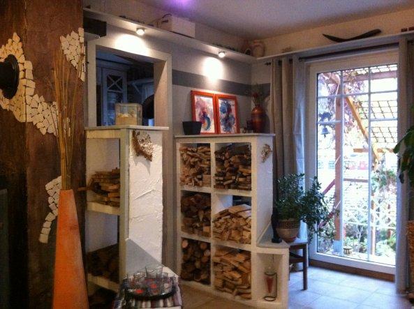 Nov. 2011  Auch hier, die Holzteile in hellgrau die Wand Grau/Dunkegrau .. die Bilderrahmen werde ich noch schwarz streichen, das passt besser