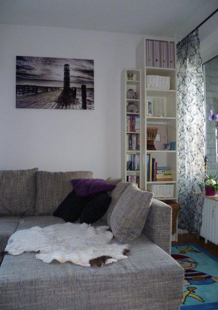rechte Wohnzimmerseite mit Balkonfenster und Spielecke