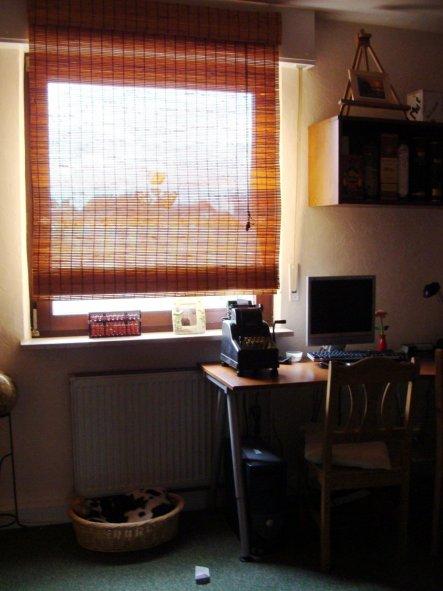 Links steht der Schrank, rechts dann das Sofa und die alte Tür.
