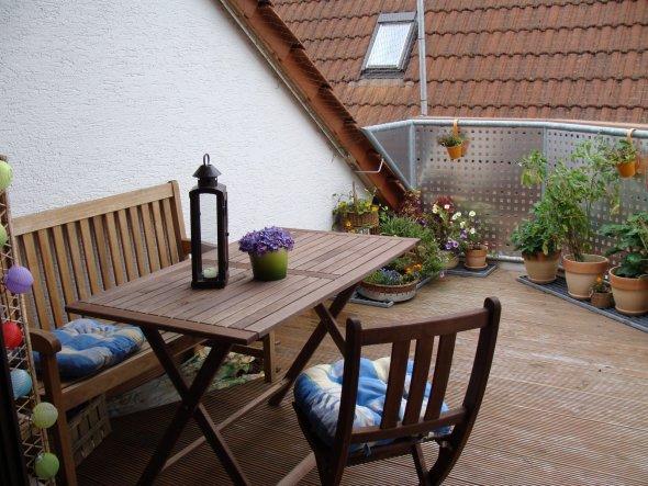 Der Tisch und die Stühle sind ein Ikea-Schnäppchen und äußerst platzsparend zusammenklappbar...seeeeehr praktisch :-)