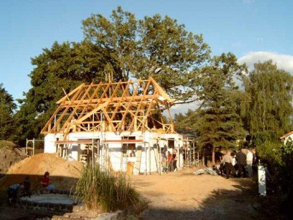 Unser Richtfest im Juni 2004 - da war an so etwas wie ein Garten noch nicht zu denken ;-)