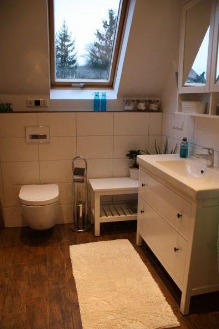 Auf der Bank neben dem WC liegt normalerweise unsere Klolektüre - besonders für meinen Mann unheimlich wichtig!