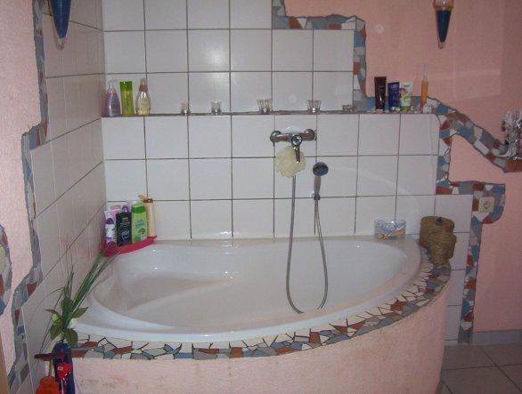 würde alles in Eigenregie gemacht..Mosaik habe ich gemacht.Den rest mein Mann.Fliesen, Wc, Waschbecken (Maurer von Beruf)
