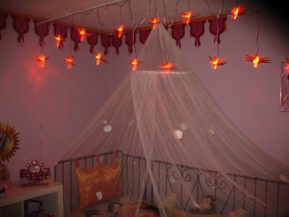 Girlande ist von J...-o das Bettm. die Lichterkette und das Würfelregal von einem Schwedischem Möbelhaus