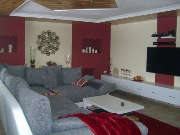 Die große Couch läd zum lümmeln ein und hat mit ihren 1,5m tiefe auch genügend Platz für die ganze Familie