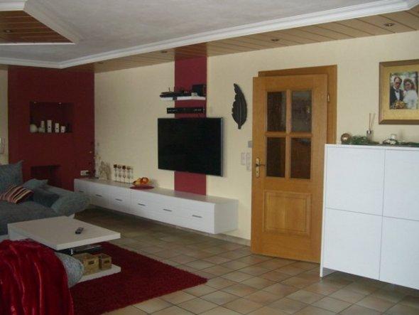 Ein doppeltes TV Board sorgt für genügend Stauraum an der TV Wand.