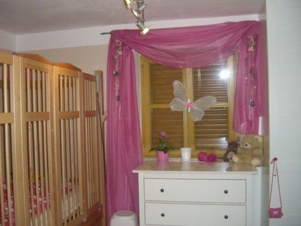 So gehts rein in das kleine Prinzessinenzimmer.  Eine Ikea Kommode bietet Platz für die Wäsche und Wickelutensilien.