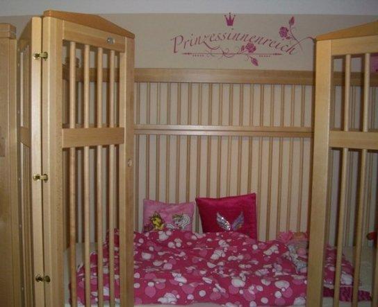 Das ist ein Pflegebett der Marke Hannah für unseren Sonnenschein. Absolut ausbruchssicher, höhenverstellbar und das allerwichtigste, es ist ihr Prinze