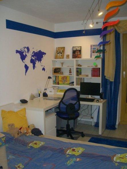Den Raum habe ich nach Themen aufgeteilt. So wurde entschieden das die Schreibecke blau wird.  Weißer Ikea Schreibtisch um die Ecke, dazu ein W