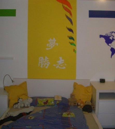 Gelb habe ich als Raumteiler genommen. Dieser Gelbe Streifen geht über die Decke gegenüber wieder bis zum Boden runter.  Er befindet sic