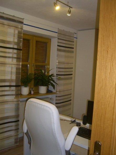 Nach rechts beginnt der eigentliche Raum.  Als erstes kommt der Schreibtisch, welcher am Kopfteil vom Bett den Abschluss bildet.