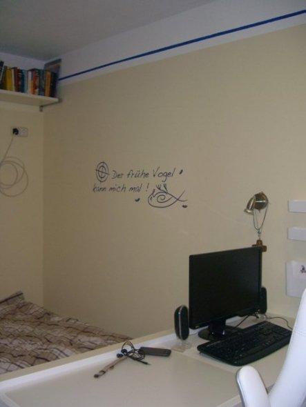Ein freches Wandtattoo über dem Bett. Auf Regale habe ich verzichtet, damit der Raum nicht noch schmäler wird.