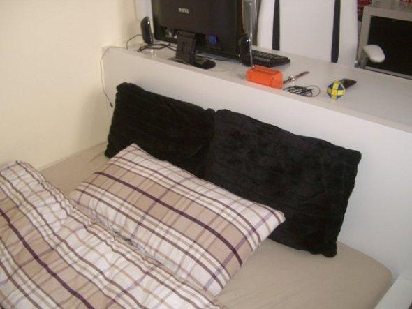 Am Kopfteils des Bettes befindet sich der Schreibtisch.  Das ist ein schöner Abschluss und durch das schmale Zimmer konnte das Bett garnicht an