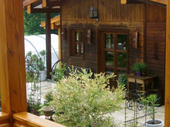 Von der Terrasse geht es zum Gartenhaus