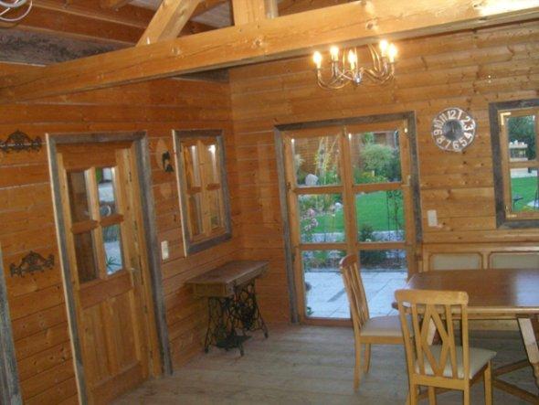Die Fenster und Türen umrahmt altes Holz