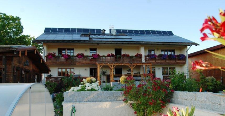Mittig vom Haus befindet sich unsere Terrasse. Rustikal aus Holz, Granit und mit Travertinboden.