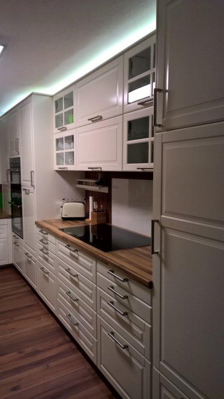 An der langen Seite ist rechts der Kühlschrank, in der NIsche das Kochfeld, daneben kommt der Geschirrspüler, Herd, Kombiofen und im Eck der Geräteaus