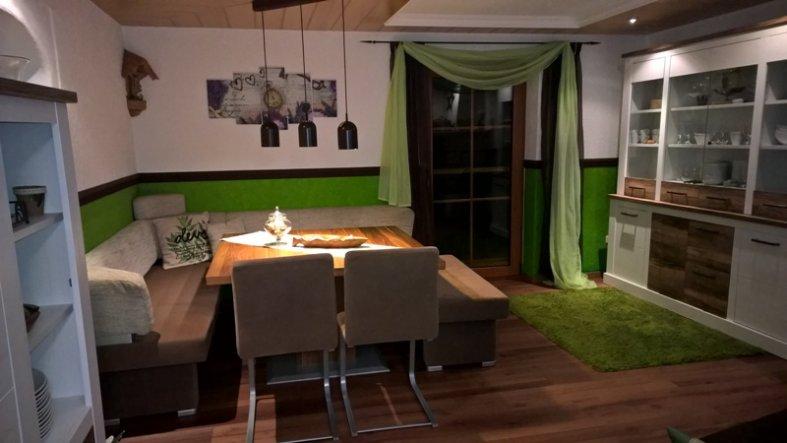 Im Esszimmer haben wir den gleichen Vinyllaminat wie in der Küche verlegt.  Die warme Bodenfarbe wertet den Raum optisch sehr gut auf.
