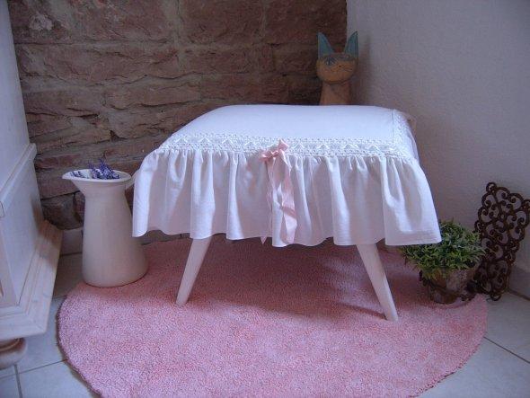 Der Hocker ist  fertig...Beinchen wurden weiß gestrichen und dann wurde ein Deckchen mit Spitzen genäht das aus einem alten Laken meiner Oma stammt.