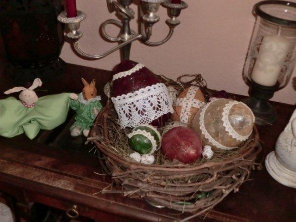 diese Ostereier können leuchten....!Ich habe Kunststoff-Rohlinge mit Servietten und Seidenpapier beklebt, mit Spitze verziert und dann mit der Heißkle