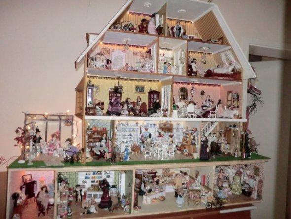 ..hier mein Puppenhaus, mein Hobby,in 1:12.Habe ca. 2008 angefangen mit einem 6 Zimmer Puppenhaus und nun sind schon mehr als doppelt so viele Zimmer