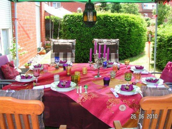 ...unsere Motto war orientalischer Abend im Juli 2010-hier seht ihr die farbenfrohe Deko dazu