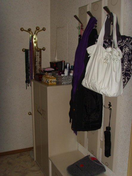 Viel dekoriert habe ich nicht. Nur meine vielen Ketten und ein paar Schminkutensilien in Kästchen fanden Platz.
