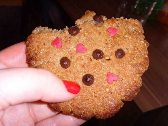Almond Cookies  280 g Mehl 250 g Butter 100 g brauner Zucker 130 g Zucker 2 Eier 1 TL Backpulver