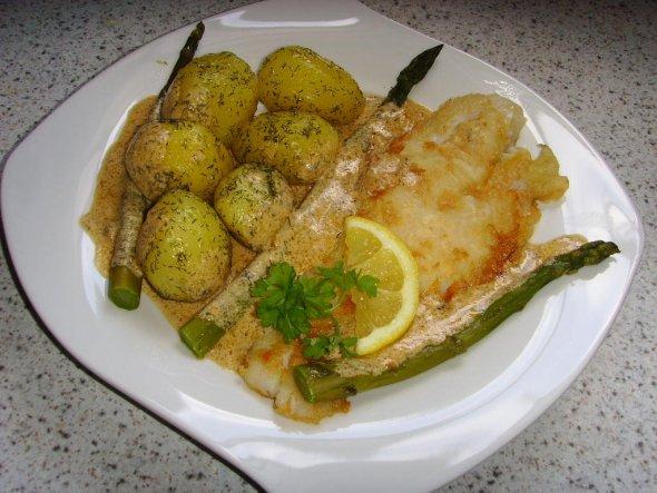 Pangasiusfilet mit Dillkartoffeln, grünem Spargel und Zitronen-Dill-Soße