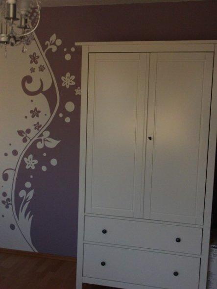 Ein paar von Euch haben ja schon dieses wunderschöne Wandtattoo gemalt, ich musste es Euch gleich tun. Es passte einfach supertoll in dieses Zimmer...