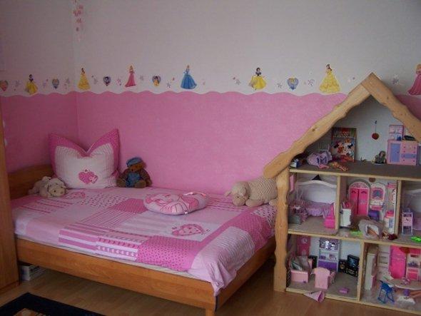 Wellenartig gestrichen, unten rosa, oben weiss. Prinzessinnenaufkleber drüber, fertig!