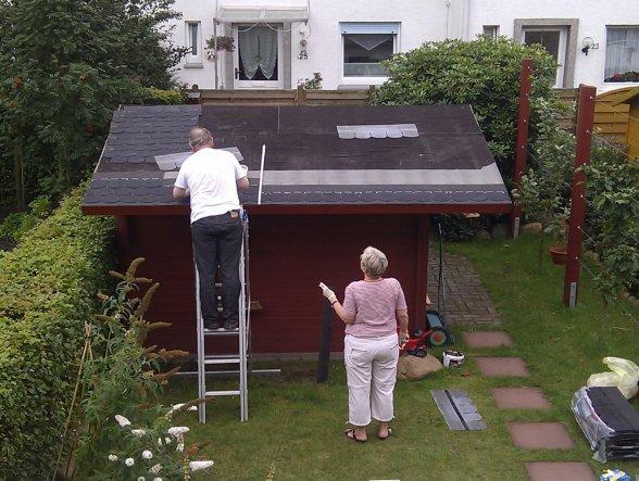 Das Gartenhüttchen bekommt ein anständiges Schindel-Dach...